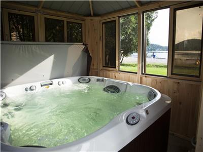 Beachfront chalets with private hot tubs! Sainte-Lucie-des-Laurentides - Emme Chalets
