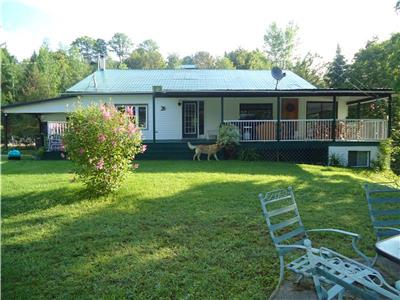 Cottage by the lake,fully équipe,boat , ponton , and golf cart for rent.