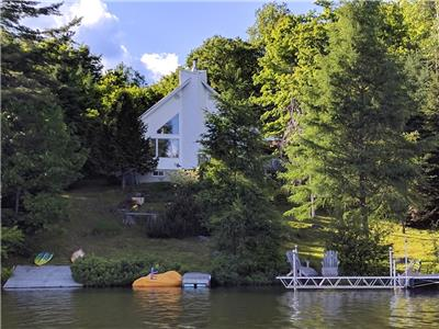 Lakeside Canadian Cottage 'The White House'