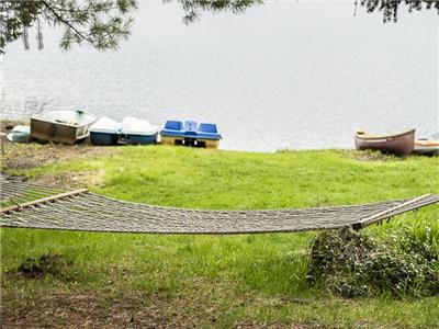 Ste-Lucie chalet - boats, air conditioning, veranda mosquito, private beach, taxes included