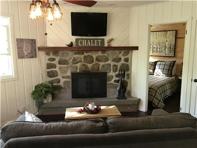 The Cozy Chalet, fully renovated, lakefront with spa!