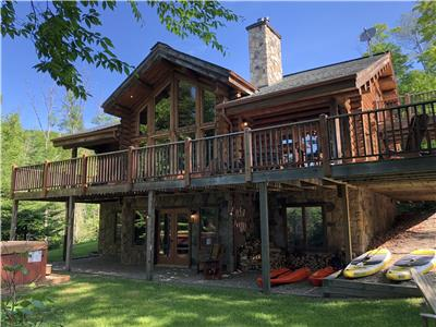 Chalet Cherokee, Log Home on the Waterfront, 6 bedrooms Near Mont-Tremblant