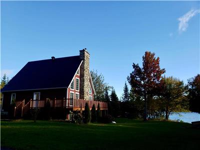 Le Suisse sur le lac, 4 season cabin with jaccuzi. Sandy navigable swimming lake. Private yard.