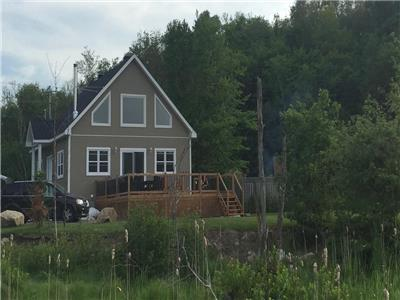 Le Convivial new chalet (1h15 of Mtl) lake side, 4 season spa, pool, babyfoot, 4 bedrooms, etc.